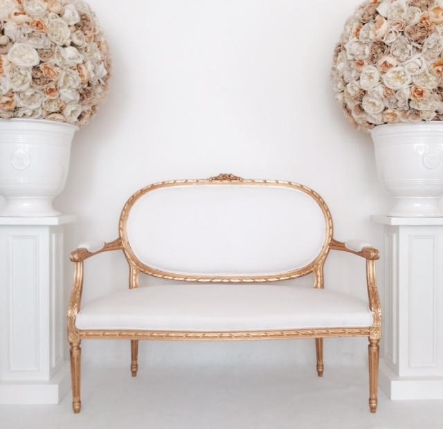 divano 2 posti stile Luigi XVI in pelle bianca finiture foglia oro misure cm.120x55 H cm.40/95