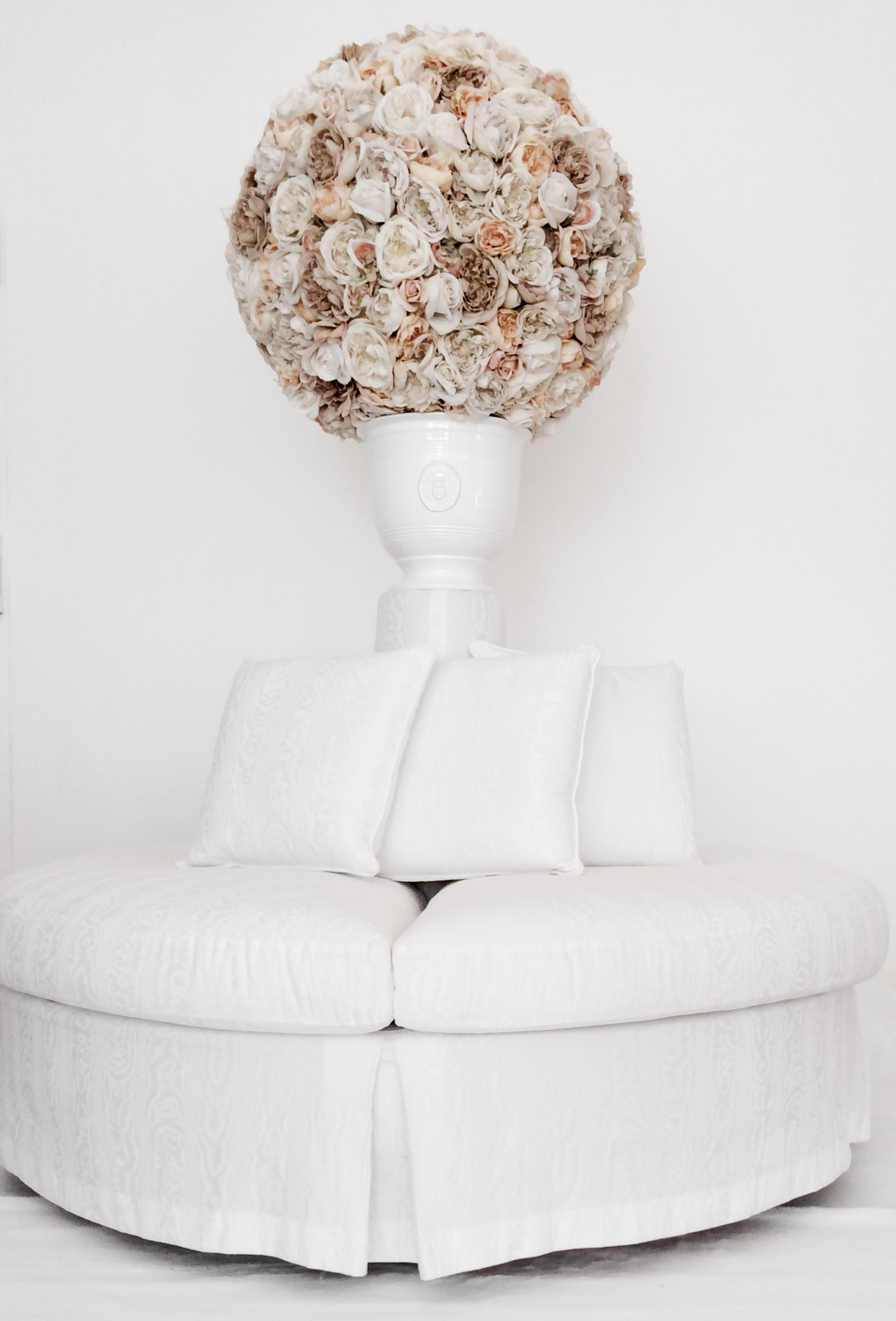 divano tondo rivestimento in cottone rasato bianco  con porta vaso e cuscini misure diam. cm. 150 H cm.48/100